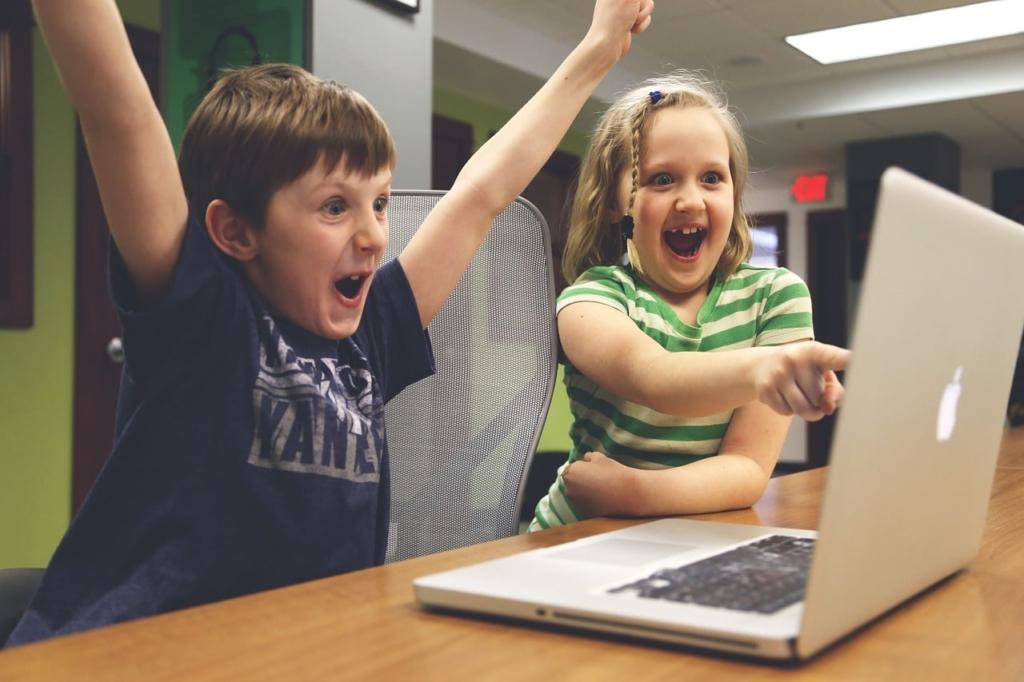 Děti hrající počítačovou hru