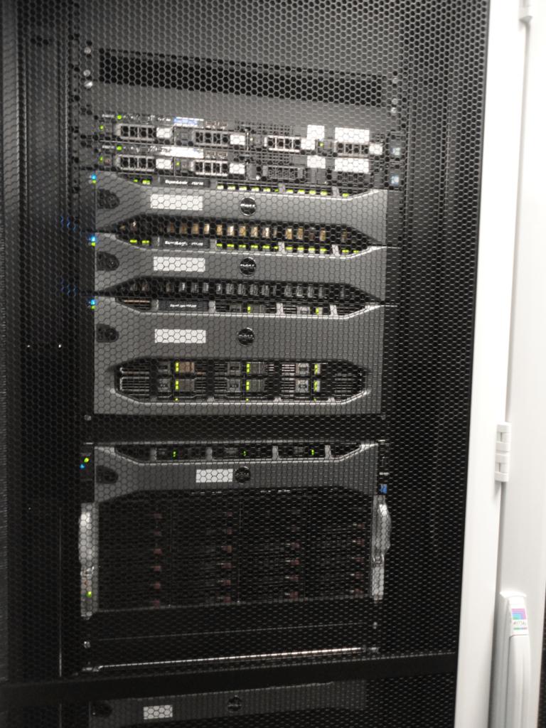 Servery v rackové skříni datacentra MasterDC v Brně